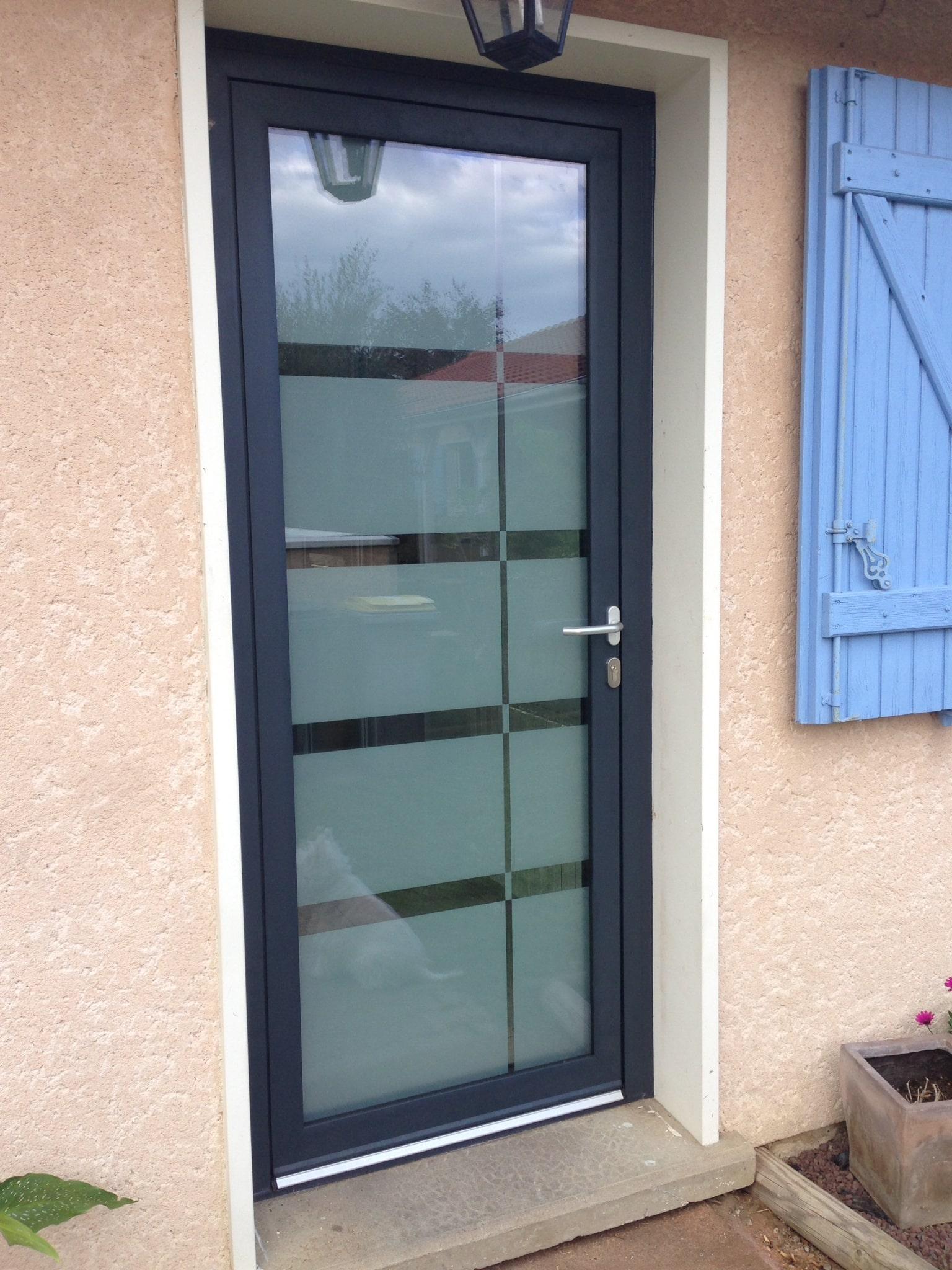 Besoin d'une porte en aluminium ? Situé à Lyon, Isolation Confort fabrique et pose vos menuiseries aluminium