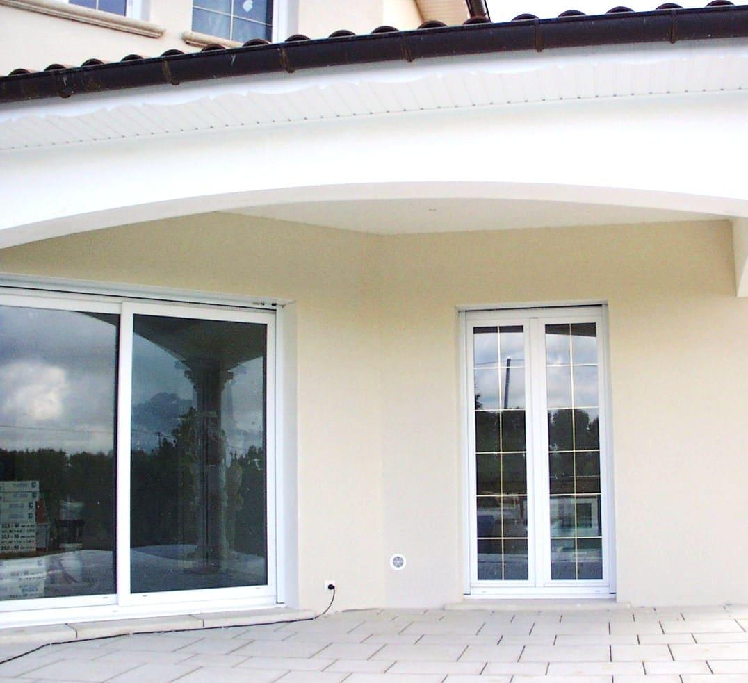 Les baies coulissantes PVC de Isolation Confort, une ouverture sur un espace de lumière