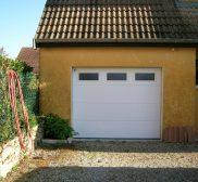 Réalisation porte de garage en PVC avec vitres