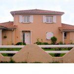 Réalisation sur maison moderne de fenêtres en PVC avec des volets battants, porte de garage, Porte d'entrée PVC avec vitre et baie coulissante en PVC