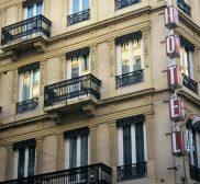 Pose sur façade d'un hôtel fenêtre en PVC