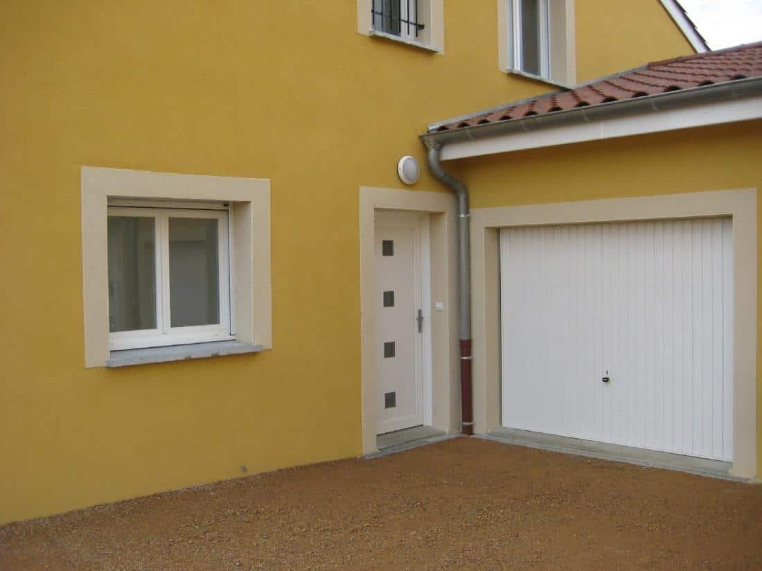 Installation porte de garage, porte blindée et fenêtre en PVC