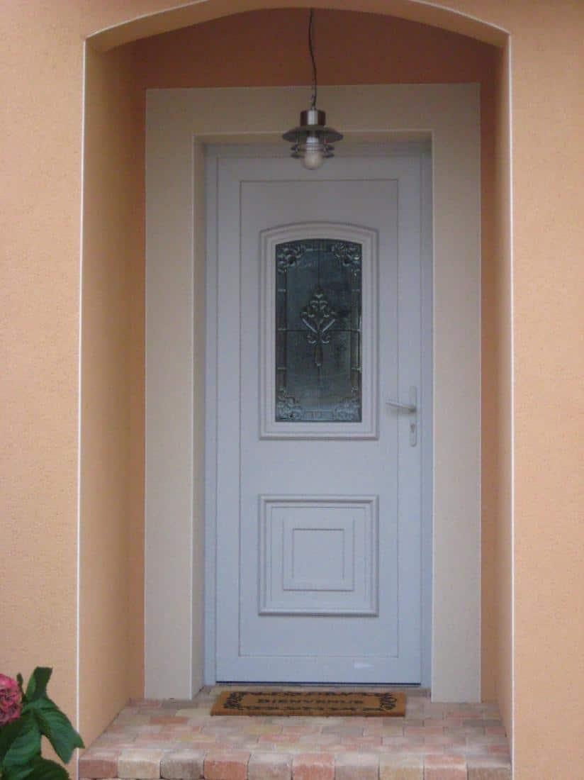 Installation porte d'entrée en PVC avec vitraux