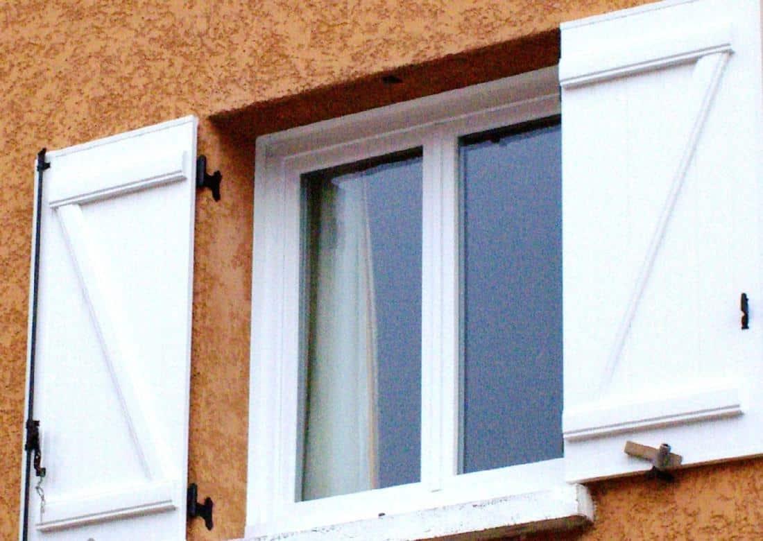 Réalisation volets battants bois blanc et fenêtre PVC